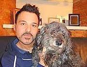 La cagnolina Sissy e il suo umano Omar
